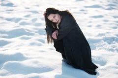 Bella ragazza da solo nel campo di inverno fotografia stock libera da diritti