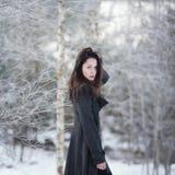 Bella ragazza da solo nella foresta di inverno fotografia stock