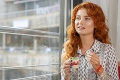 Bella ragazza dai capelli rossi in caffè Fotografie Stock Libere da Diritti