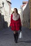 Bella ragazza dai capelli rossi che cammina nella vecchia città di Tallinn Fotografie Stock Libere da Diritti