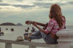 Bella ragazza dai capelli rossi con una chitarra immagine stock libera da diritti
