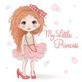 Bella, ragazza dai capelli rossi riccia sveglia e piccola disegnata a mano in scarpe della madre royalty illustrazione gratis
