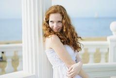 Bella ragazza dai capelli rossi vicino al mare Fotografia Stock Libera da Diritti