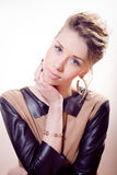Bella ragazza degli occhi azzurri della giovane donna con capelli biondi raccolti divertendosi posa in vestito marrone con le man Immagine Stock Libera da Diritti