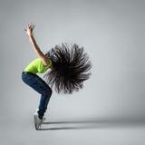 Bella ragazza del ballerino che occupa con i capelli di volo Fotografie Stock Libere da Diritti