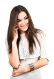 Bella ragazza del brunette che comunica sul telefono mobile Fotografie Stock