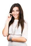 Bella ragazza del brunette che comunica sul telefono mobile Immagine Stock
