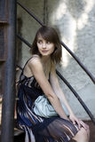 Bella ragazza del brunette che si siede sulle scale esterne fotografie stock