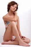 Bella ragazza del brunette nella seduta del bikini Fotografia Stock Libera da Diritti