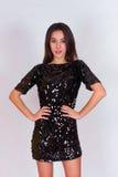 Bella ragazza del brunette in un vestito nero Castana con capelli neri lunghi Fotografia Stock