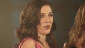 Bella ragazza del cantante di opera due fine del ritratto 4k su del cantante dell'artista stock footage