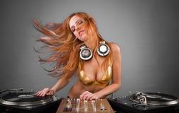 Bella ragazza del DJ sulle piattaforme Fotografia Stock