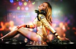Bella ragazza del DJ sulle piattaforme sul partito, Immagine Stock