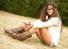 Bella ragazza del hippie con i vetri nella sosta fotografie stock