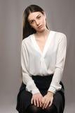 Bella ragazza del ritratto in blusa bianca e gonna nera Immagine Stock Libera da Diritti