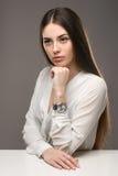 Bella ragazza del ritratto in blusa bianca e gonna nera Fotografie Stock Libere da Diritti