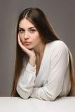 Bella ragazza del ritratto in blusa bianca e gonna nera Fotografia Stock