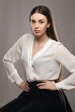 Bella ragazza del ritratto in blusa bianca e gonna nera Fotografia Stock Libera da Diritti
