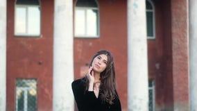 Bella ragazza del ritratto con capelli scuri lunghi in vestito nero, con l'anello d'argento sul suo dito, fazzoletto colorato sul video d archivio