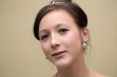 Bella ragazza dell'adolescente con il diadema ed il eardrop Fotografia Stock