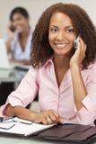 Bella ragazza dell'afroamericano sul telefono delle cellule Fotografia Stock Libera da Diritti