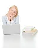 Bella ragazza dell'allievo che studia con il computer portatile Immagini Stock Libere da Diritti