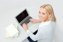 Bella ragazza dell'allievo che studia con il computer portatile Immagini Stock