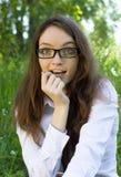 Bella ragazza dell'allievo in vetri nella sosta Fotografie Stock