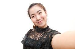 Bella ragazza dell'Asia che fa la foto del selfie sull'isolato su Fotografie Stock Libere da Diritti