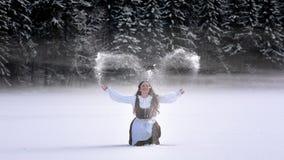 Bella ragazza della Romania e costume tradizionale nell'orario invernale Immagine Stock