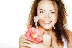 Bella ragazza della stazione termale che tiene fiore e spazzola rosa Fotografia Stock Libera da Diritti