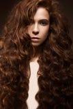 Bella ragazza della testarossa con i riccioli ed il trucco classico Fronte di bellezza Fotografie Stock