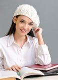 Bella ragazza dello studente che porta un berreto. Fotografia Stock Libera da Diritti