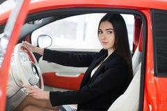 Bella ragazza dentro l'automobile Immagini Stock Libere da Diritti