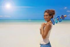 Bella ragazza dentro sulla spiaggia Fotografie Stock