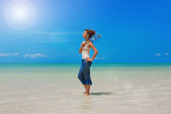 Bella ragazza dentro sulla spiaggia Fotografia Stock Libera da Diritti