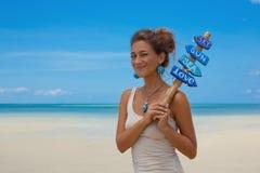 Bella ragazza dentro sulla spiaggia Immagini Stock Libere da Diritti