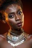 Bella ragazza di afro con i disegni su pelle Fotografia Stock