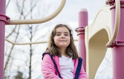 Bella ragazza di 5 anni che gioca fuori su un campo da giuoco Fotografia Stock