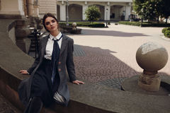 Bella ragazza di modo in abbigliamento alla moda che posa in via Immagine Stock Libera da Diritti