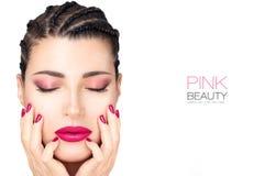 Bella ragazza di modo con capelli intrecciati, rossetto rosa, le unghie e l'ombretto Concetto di trucco di bellezza fotografia stock libera da diritti