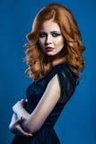 Bella ragazza di modo con capelli marrone-rosso ondulati lunghi modello biondo con l'acconciatura riccia ed il trucco fumoso alla fotografie stock libere da diritti
