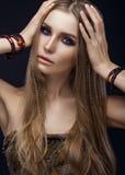 Bella ragazza di modo con stile di boho dei braccialetti Fotografia Stock Libera da Diritti