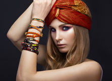 Bella ragazza di modo in sciarpa e braccialetti Fotografie Stock