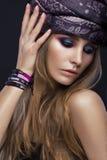 Bella ragazza di modo in sciarpa e braccialetti Immagine Stock