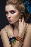 Bella ragazza di modo in sciarpa e braccialetti Fotografia Stock Libera da Diritti