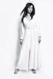 Bella ragazza di modo in vestito lungo bianco Immagine Stock Libera da Diritti