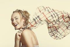 Bella ragazza di risata in monili ed in una sciarpa fotografia stock