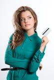 Bella ragazza di sogno che mostra la carta di credito a disposizione Immagini Stock Libere da Diritti