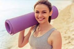 Bella ragazza di sport sulla spiaggia Fotografie Stock Libere da Diritti